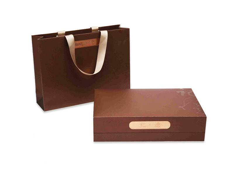 High Quality paper shopping bag gift packaging bag with handle Featured Image
