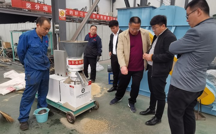 Weihai customers watch the straw pellet machine trial machine and place an order on the spot