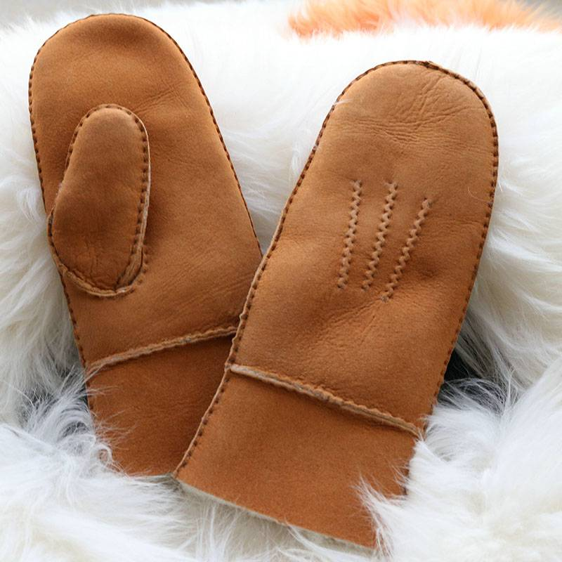 Handmade sheep shearling mittens with three points Featured Image