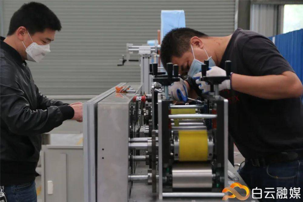 March 17th,2020,in the factory of Naiwei Robot Technology,workers are busy in assembling and testing mask making machine.