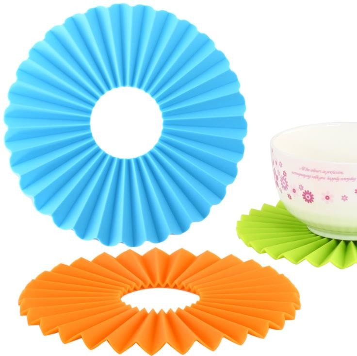 Corrugated Silicone Kitchen Tools , Round Silicone Placemats Non Slippery