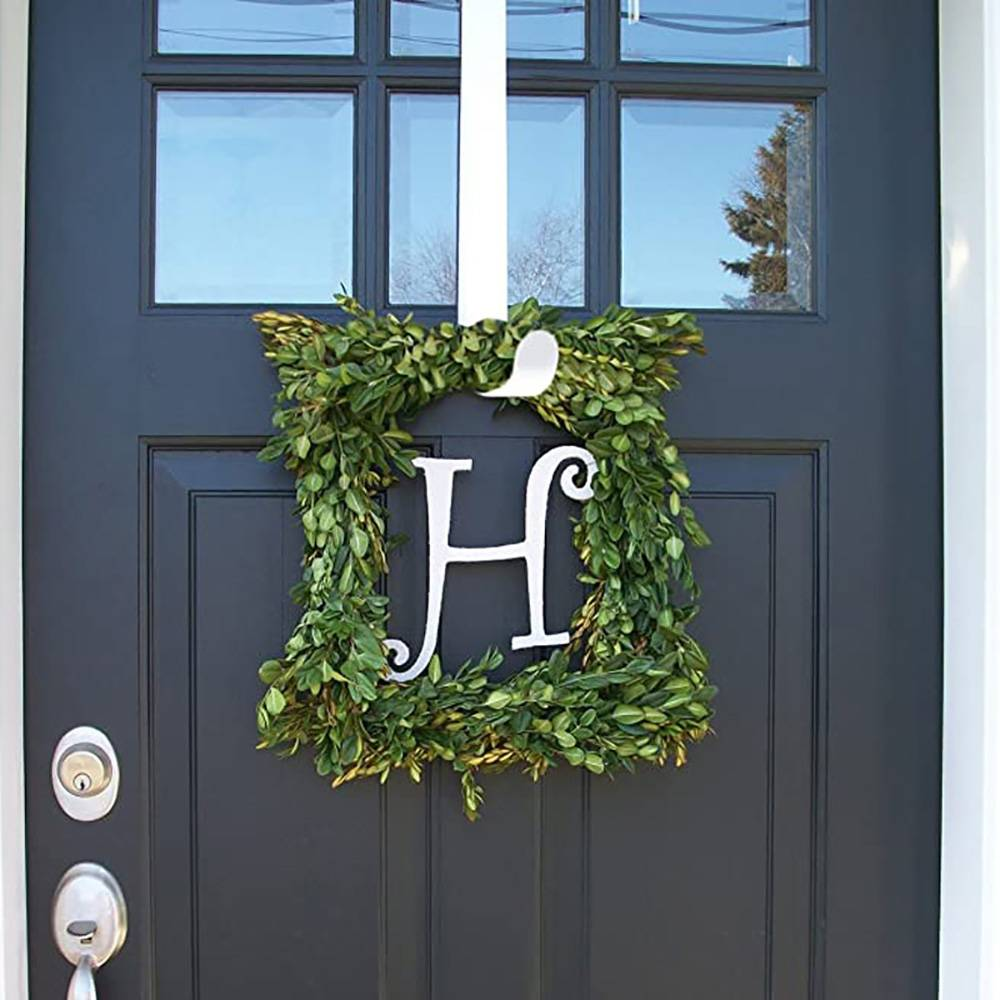 The popular item for home decoration of this Christmas season is the metal hanger for wreath and stocks