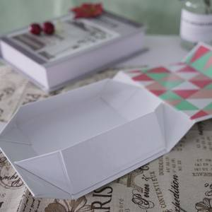 Folded magnetic gift box