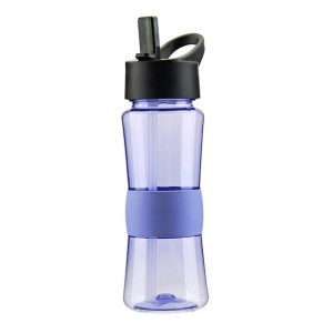 Customized 100% BPA free 700ml tritan water bottle with straw and silicone sleeve
